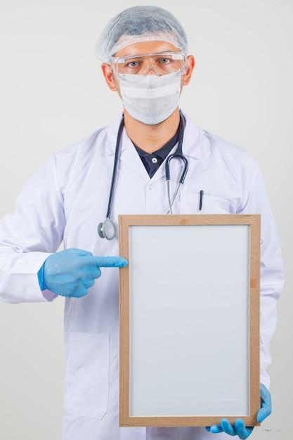 Médecin De Sexe Masculin Pointant Le Doigt Au Tableau Blanc Dans Des Vêtements De Protection Photo gratuit