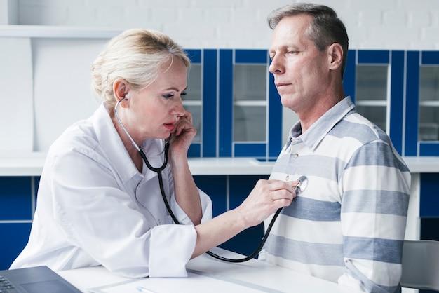 Médecin soignant un patient Photo gratuit