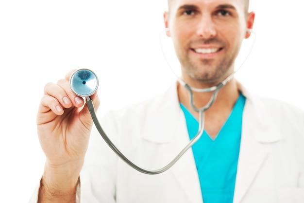 Médecin Souriant écoute Le Rythme Cardiaque Photo gratuit