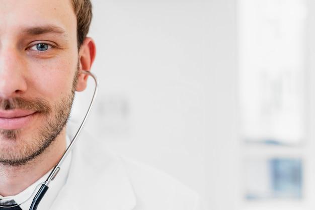 Médecin Souriant De Gros Plan Avec Stéthoscope Photo gratuit