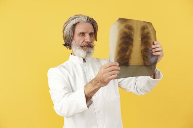 Médecin Souriant Avec Des Résultats De Radiographie. Isolé. Photo gratuit