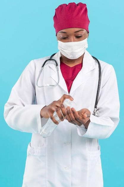 Médecin Spécialiste à L'aide De Désinfectant Pour Les Mains Photo gratuit