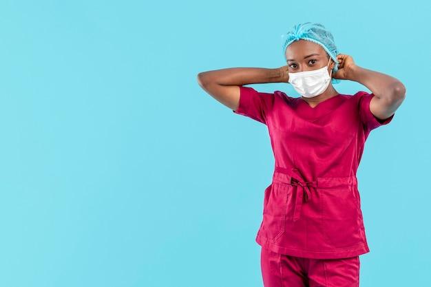 Médecin Spécialiste Ajustant Le Capuchon Médical Photo gratuit