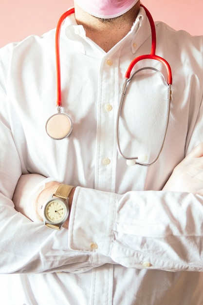 Médecin Avec Un Stéthoscope Sur Fond Rose Photo Premium