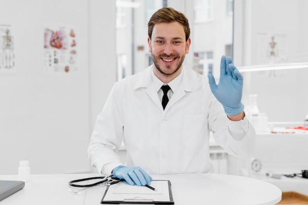 Médecin De Tir Moyen Avec Des Gants Photo gratuit
