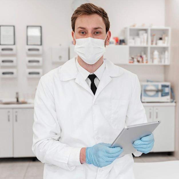 Médecin De Tir Moyen Portant Un Masque Photo gratuit