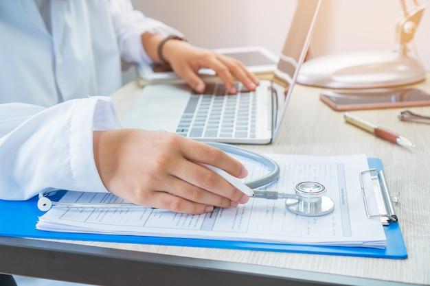 Médecin travaillant à la recherche d'informations Photo Premium