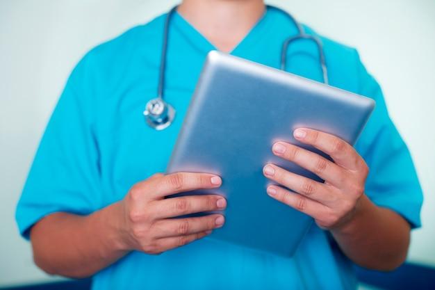Médecin Travaillant Sur Tablette Numérique Photo gratuit