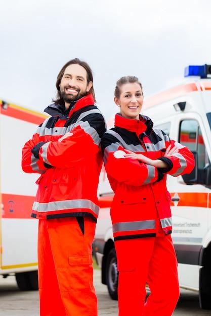 Médecin d'urgence et ambulancier avec ambulance Photo Premium