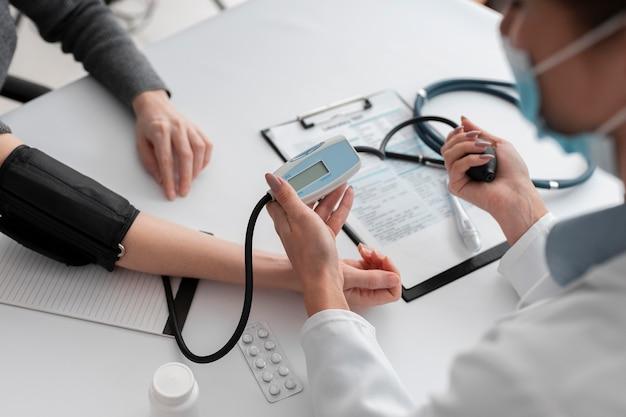Médecin Vérifiant L'état De Santé Du Patient Photo gratuit