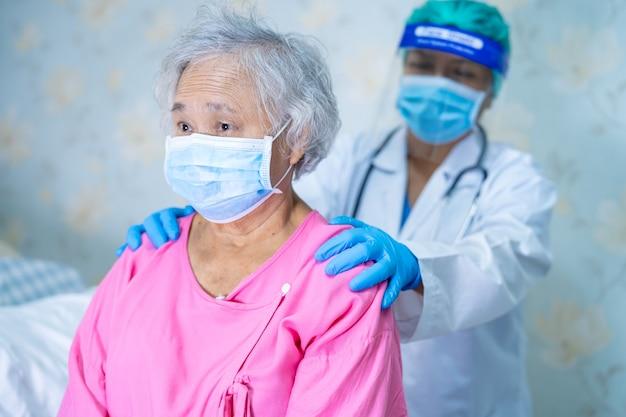 Médecin Vérifiant Une Patiente Asiatique Portant Un Masque Facial Pour Protéger Le Virus Coronavirus Covid-19. Photo Premium