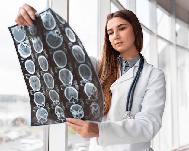 Médecin Vérifiant La Radiographie à L'hôpital Photo Premium
