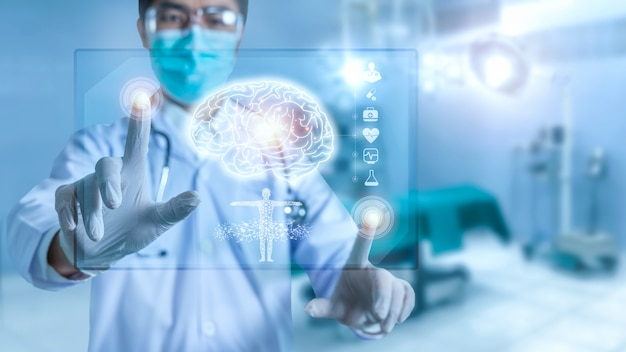 Médecin Vérifiant Le Résultat Des Tests Cérébraux Avec Interface Informatique, Technologie Innovante Dans Le Concept De Science Et Médecine, Examine Une Plaque Holographique Numérique Technologique Représentée Photo Premium