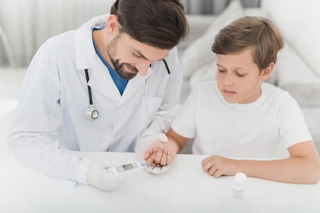 Le médecin vérifiera le niveau de sucre dans le sang du bébé. Photo Premium