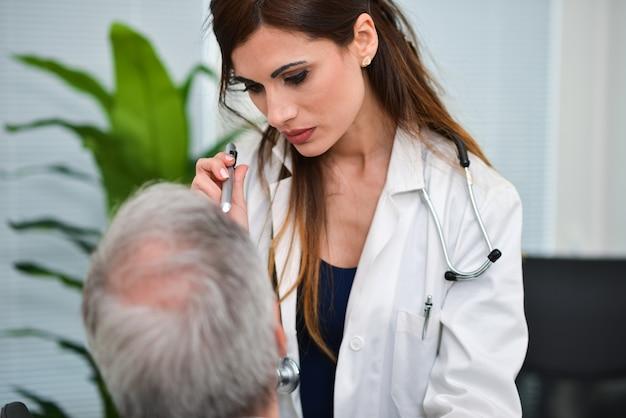 Médecin visitant les yeux d'un patient Photo Premium