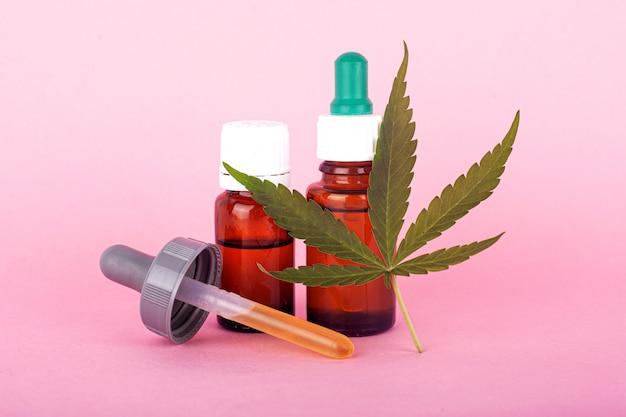 Médecine De Cannabis Naturel, Extrait D'huile De Marijuana Sur Fond Rose. Photo Premium