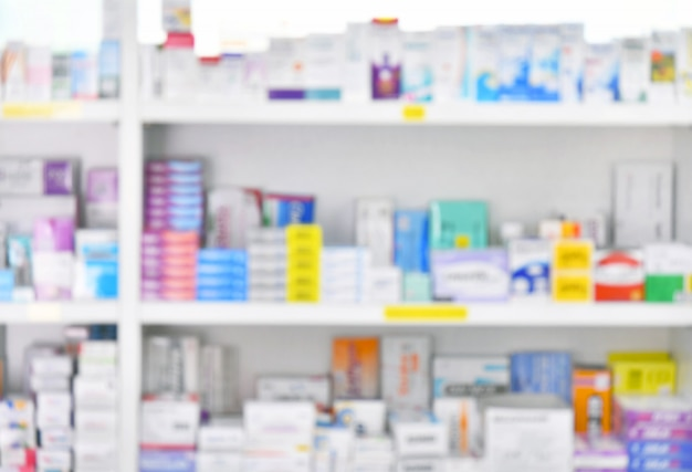 Médecine sur les tablettes à l'intérieur de la pharmacie Photo Premium