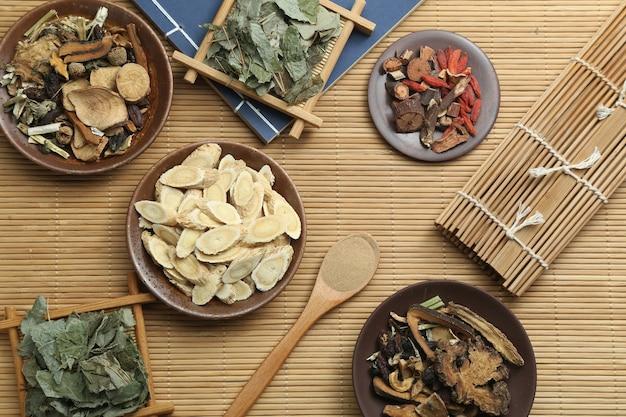 Médecine Traditionnelle Chinoise Et Ancien Livre Médical Sur Le Bambou Photo gratuit