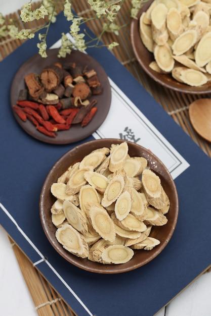 Médecine traditionnelle chinoise astragalus membranaceus Photo gratuit
