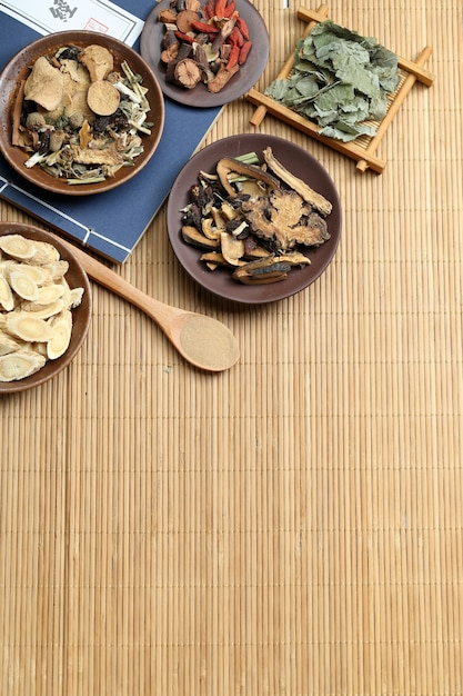 Médecine traditionnelle chinoise sur le bureau de bambou Photo gratuit