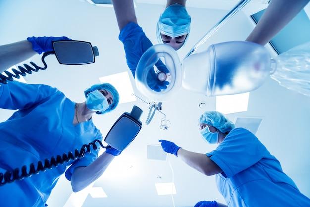 Les Médecins Donnent La Réanimation à Un Patient De Sexe Masculin Dans La Salle D'urgence. Photo Premium