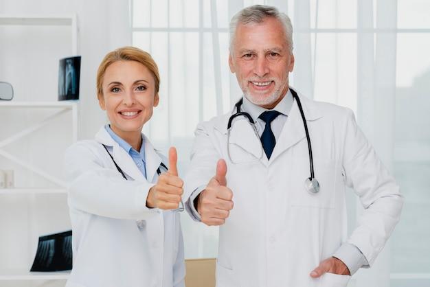 Médecins donner le pouce en l'air Photo gratuit