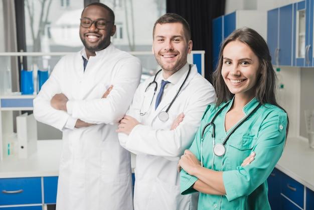 Médecins Gais Avec Les Bras Croisés Photo gratuit