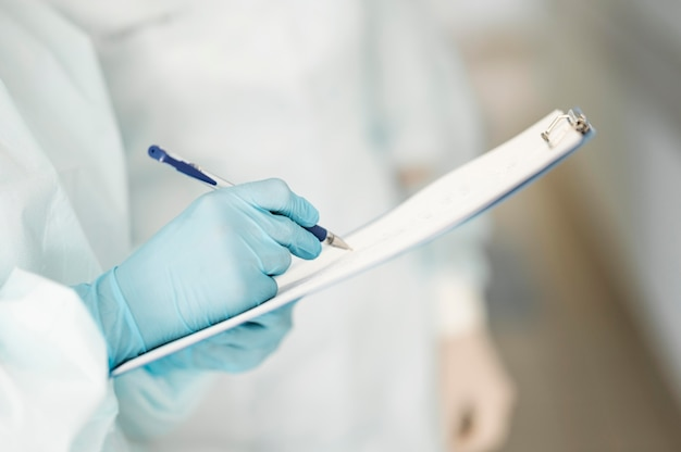 Médecins En Gros Plan Remplissant Le Formulaire Médical Photo gratuit