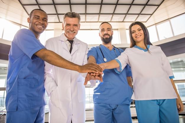 Les médecins de l'hôpital ont joint leurs mains en équipe. Photo Premium