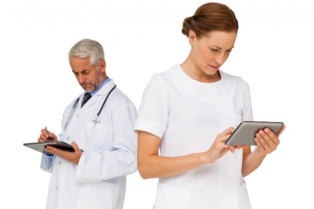 Médecins masculins et féminins utilisant des tablettes numériques Photo Premium
