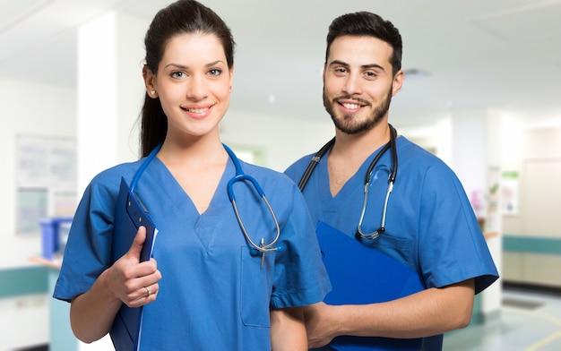 Médecins souriants avec stéthoscope Photo Premium