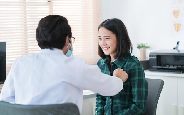 Les médecins utilisent un stéthoscope pour vérifier les poumons et le cœur. Photo Premium