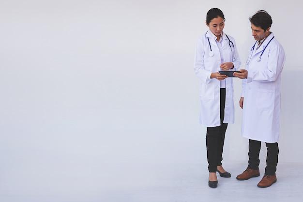 Médecins vérifiant les informations des patients sur une tablette Photo Premium