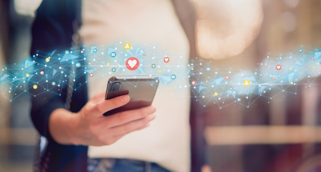 Les médias sociaux et numériques en ligne, femme à l'aide d'icône technologie smartphone et spectacle. Photo Premium