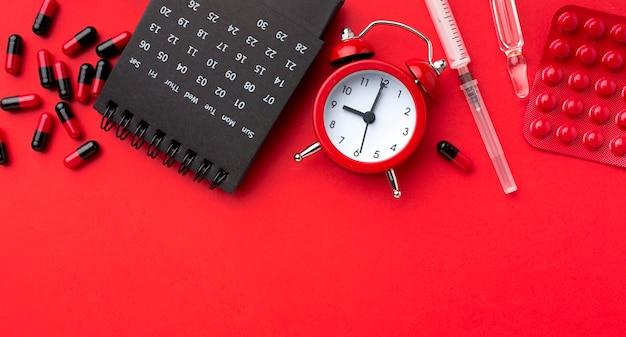 Médicament Avec Horloge à Côté Photo Premium