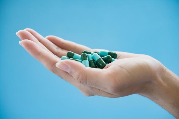 Médicaments dans la paume de la main Photo gratuit