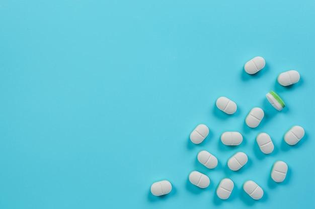 Des médicaments, des fournitures médicales placés sur un bleu. Photo gratuit