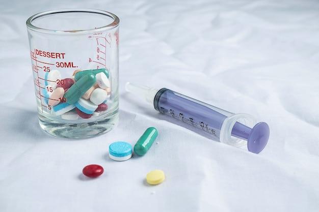 Médicaments et seringues Photo Premium