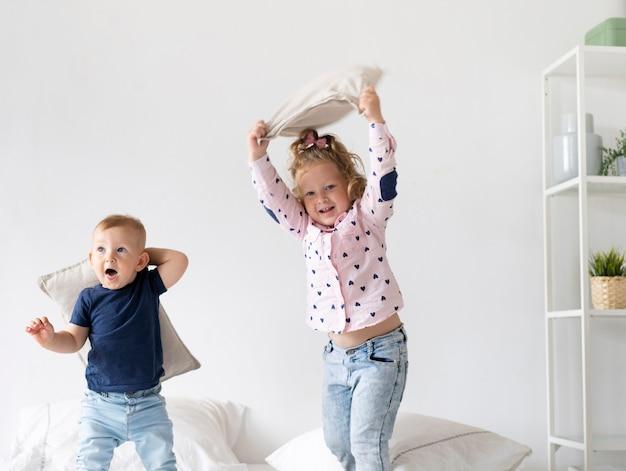 Medium Shot Enfants Heureux Jouant Dans La Chambre Photo gratuit