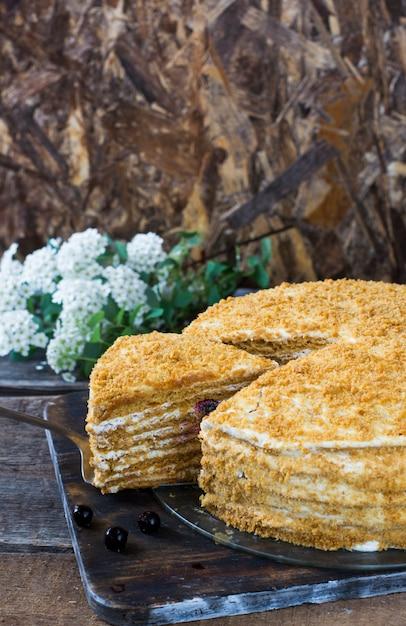 Medovik russe sur la table en bois et fond blanc. gâteau aux baies. gâteau aux groseilles Photo Premium