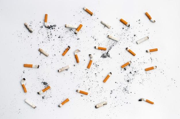 Mégots De Cigarettes Et Cendres Sur Fond Blanc. Photo Premium