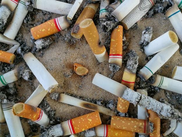 Mégots de cigarettes, fumé dans le cendrier est mauvais pour la santé Photo Premium