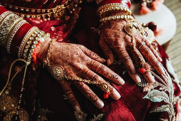 Mehndi Conçoit Sur Les Mains Et De Beaux Bijoux Indiens Traditionnels Photo gratuit