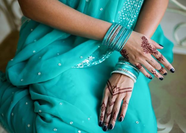 Mehndi Sur Les Mains De La Femme Indienne Photo Premium