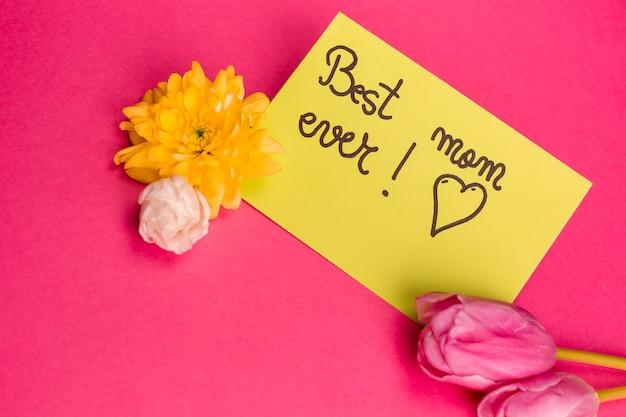 Meilleure Maman Jamais Titre Sur Papier Avec Des Fleurs Près De Photo gratuit