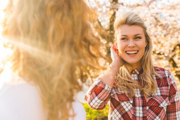 Les Meilleures Amies Des Filles Ensemble Au Parc De Londres Photo Premium