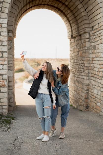 Meilleures Amies Prenant Un Selfie Photo gratuit