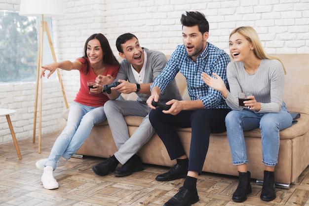 Les meilleurs amis jouent en console et se détendent ensemble Photo Premium