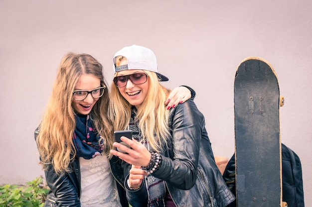 Meilleurs Amis Profiter De Temps Ensemble à L'extérieur Avec Smartphone Photo Premium