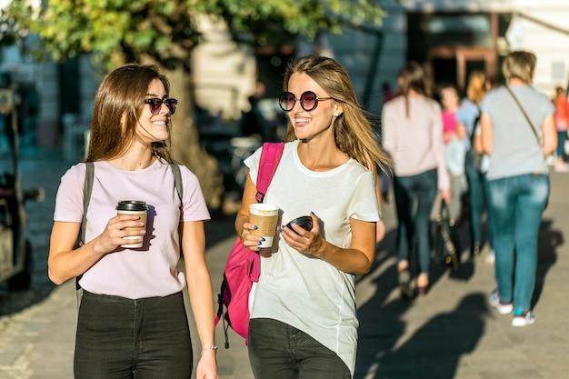 Meilleurs Amis Avec Des Tasses à Café Photo Premium